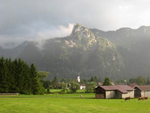 Blick über die Felder nach Oberammergau