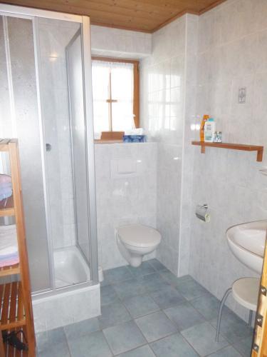 Zimmer 1:  Bad mit Dusche/WC