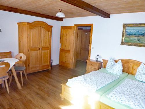Zimmer 2: Eingangsbereich mit Durchgangszimmer