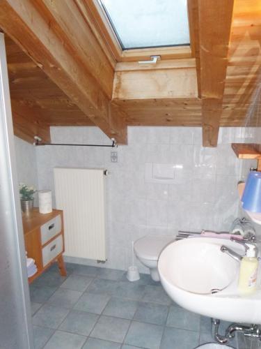Zimmer 6: Bad mit Dusche und WC