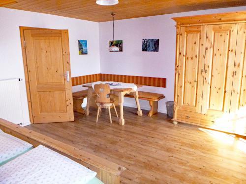 Zimmer 7: Wohnbereich mit gemütlicher Sitzecke