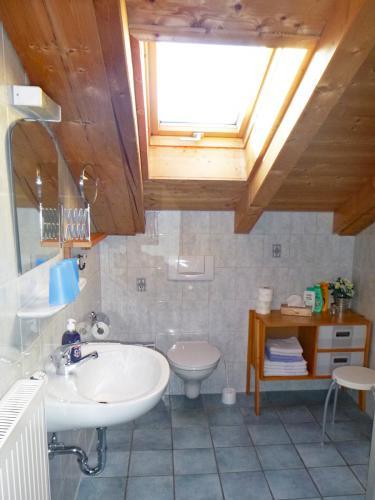 Zimmer 7: Bad mit Dusche und WC